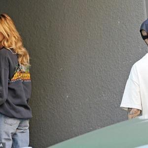 【肌荒れ悪化でテンション低め…!?】ジャスティン・ビーバーとヘイリー・ビーバーがLAでお出かけ!Justin and Hailey Bieber step out together