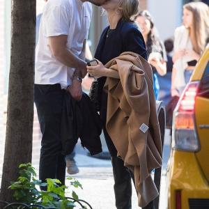 【結婚式秒読みでラブラブ…!?】ジェニファー・ローレンスが婚約者のクック・マロニーと路上キス!Jennifer Lawrence steps out with Cooke Maroney