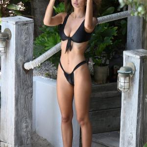 【ほとんどフ◯ド◯】ビキニ姿のエミリー・ラタコウスキーがマイアミのプールでバケーション!Emily Ratajkowski on Miami vacation