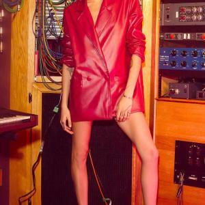 【あばら骨が浮いてる…!?】カーラ・デルヴィーニュがNasty Galの広告に登場!Cara Delevingne poses for Nasty Gal campaign