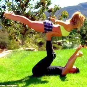 【筋肉質になってる…!?】ブリトニー・スピアーズが恋人のサム・アスガリと芝生でエクササイズ!Britney Spears does some gymnastics with Sam Asghari