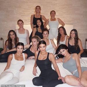 【全身整形がバレバレ…!?】キム・カーダシアンがカイリー・ジェンナーらと補正下着SKIMSを宣伝!Kim, Kourtney and Khloe Kardashian promote SKIMS