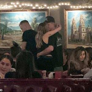 【人目も気にせずラブラブ…!?】マイリー・サイラスとコーディー・シンプソンがレストランでキス!Miley Cyrus and Cody Simpson share a kiss in a restaurant