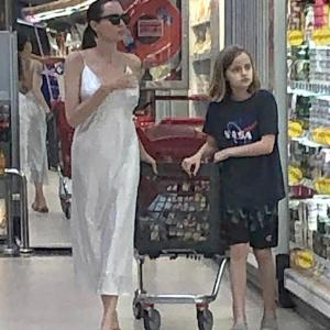 【露出が激しい…!?】アンジェリーナ・ジョリーが娘のヴィヴィアンとスーパーにお出かけ!Angelina Jolie shops for groceries with Vivienne