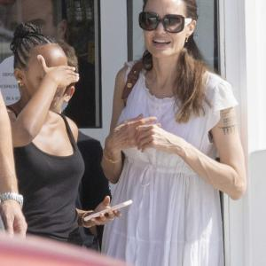 【腕が極細…!?】アンジェリーナ・ジョリーが子供たちとディスカウントストアにお出かけ!Angelina Jolie at a discount store with children