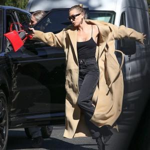 【派手にすっ転びそう…!?】ヘイリー・ビーバーが友人とお出かけ!Hailey Bieber steps out with a friend in Los Angeles