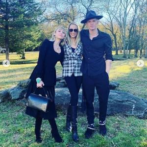 【若干暑苦しい…!?】マイリー・サイラスが恋人のコーディー・シンプソンと弟の結婚式に出席!Miley Cyrus brings Cody Simpson to brother Braison's wedding