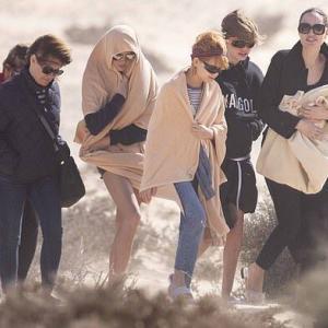 【吹き飛ばされそうになってる…!?】アンジェリーナ・ジョリーが子供たちとカナリア諸島にお出かけ!Angelina Jolie brings her children to Canary Islands