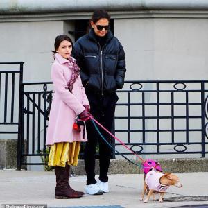 【美少女っぷりが加速中…!?】ケイティ・ホームズが娘のスリと犬の散歩にお出かけ!Katie Holmes and Suri Cruise step out for dog walk