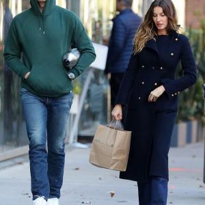 【すっぴんは地味顔…!?】ジゼルが夫のトム・ブレイディとショッピングにお出かけ!Gisele Bundchen steps out with husband Tom Brady