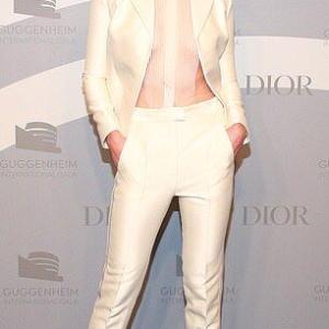 【ブラレスファッションが過激…!?】カーリー・クロスがレッドカーペットに登場!Karlie Kloss at Guggenheim Gala