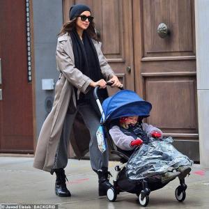【防寒着姿が激カワなリアちゃん…!?】イリーナ・シェイクが娘のリアとお出かけ!Irina Shayk takes daughter Lea out in NYC