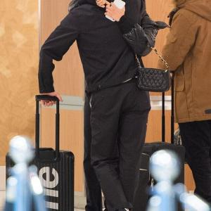【抱き合ってラブラブ…!?】ブルックリン・ベッカムと恋人のニコラ・ペルツがJFK空港に到着!Brooklyn Beckham hugs Nicola Peltz