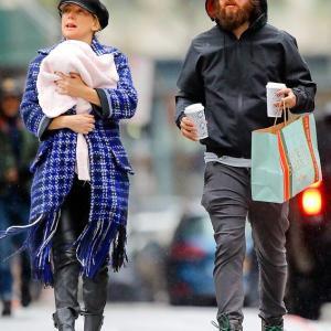 【おでこに優しくキス…!?】ケイト・ハドソンが恋人のダニー・フジカワと娘を連れてお出かけ!Kate Hudson and Danny Fujikawa take their daughter for a stroll