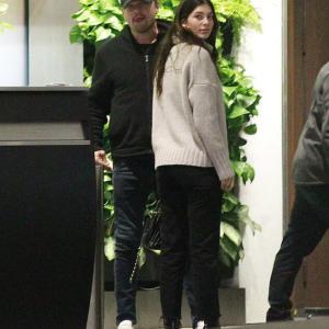 【抱き合ってラブラブ…!?】レオナルド・ディカプリオが恋人のカミラ・モローネとディナーデート!Leonardo DiCaprio and Camila Morrone step out for dinner in Beverly Hills