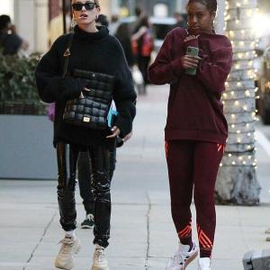【歩きタバコかと思った…!?】ヘイリー・ビーバーがジャスティン・スカイと一緒にお出かけ!Hailey Bieber steps out in LA