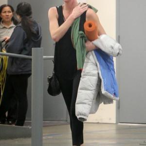 【顔が真っ赤…!?】すっぴんのシャーリーズ・セロンがホットヨガにお出かけ!Charlize Theron on hot yoga workout