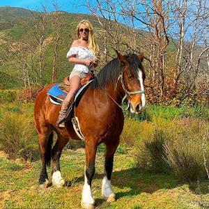 【マッチョぶりが加速中…!?】ブリトニー・スピアーズがイケメンマッチョ恋人と乗馬にお出かけ!Britney Spears rides horses with Sam Asghari