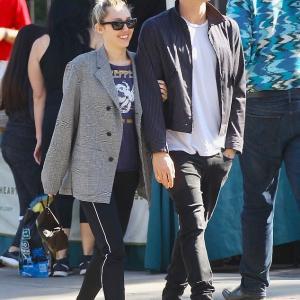 【腕を組んでラブラブ…!?】マイリー・サイラスが恋人のコーディー・シンプソンとショッピングにお出かけ!Miley Cyrus and Cody Simpson step out for shopping trip