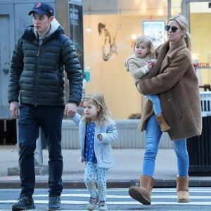 【富豪でイケメンのはずの夫が…!?】ニッキー・ヒルトンが夫のジェームズ・ロスチャイルドと娘たちと一緒にお出かけ!Nicky Hilton steps out with James Rothschild and their children in New York City