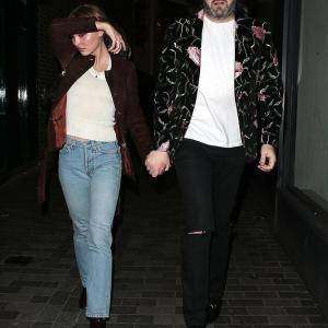 【謎の男性と手をつないで…!?】リリー・ローズ・デップがパーティにお出かけ!Lily-Rose Depp at Sony after-party