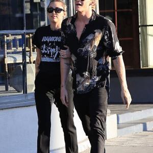 【腕を組んでラブラブ…!?】マイリー・サイラスが恋人のコーディー・シンプソンとショッピングにお出かけ!Miley Cyrus walks arm in arm with Cody Simpson