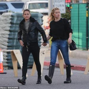 【手をつないでラブラブ…!?】アンバー・ハードがガールフレンドとホームセンターにお出かけ!Amber Heard holds hands with Biance Butti