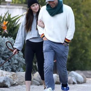 【上目遣いがたまらない…!?】ダコタ・ジョンソンとクリス・マーティンが愛犬の散歩にお出かけ!Dakota Johnson and Chris Martin enjoy a stroll