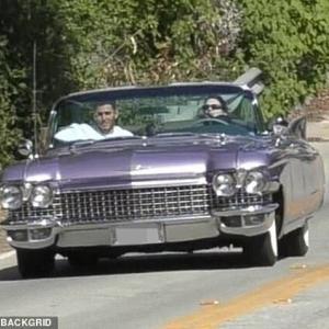 【イケメン友人と一緒に…!?】ケンダル・ジェンナーが男友達とドライブにお出かけ!Kendall Jenner drives her classic Cadillac