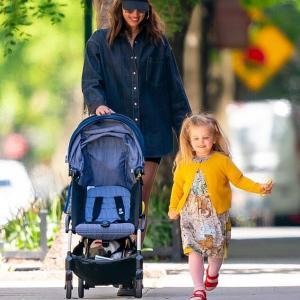 【幸せそう…!?】イリーナ・シェイクが娘のリアとお出かけ!Irina Shayk take a stroll with daughter Lea