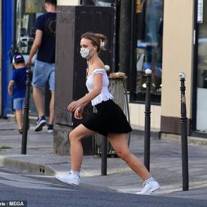【スタイルは母譲り…!?】リリー・ローズ・デップと母ヴァネッサ・パラディがパリでお出かけ!Lily-Rose Depp and Vanessa Paradis step out in Paris