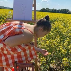 【ロックダウンでも天真爛漫…!?】ハーパー・ベッカムがコッツウォルズの自宅で自主隔離!Harper Beckham plays adorably in the garden
