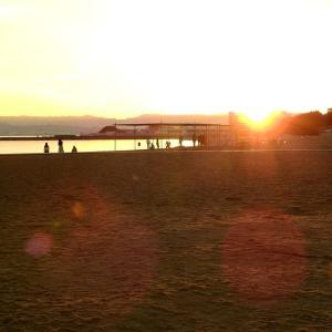 暑い熱帯夜の朝は海へ