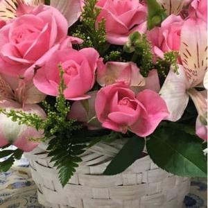 若いカップルを迎えるお花