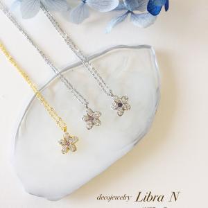 小さいお花でもスワロフスキーがいっぱいのネックレス