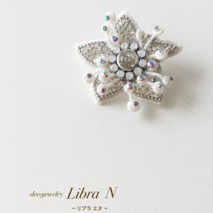 雪のお花のようなキラキラ輝くブローチ