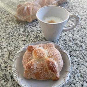 季節のパン「pan de muerto 」コストコバージョン初めて食べた。