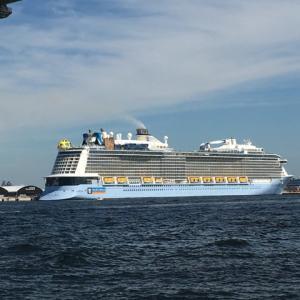 客船もいたよ@横浜大黒埠頭。