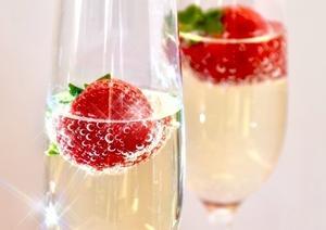披露宴では欠かせない乾杯。シャンパンで乾杯をする理由や由来を知ってHAPPYな気持ちになろう♪