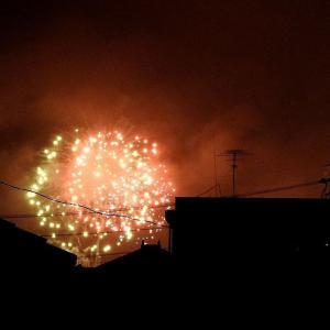 中学校の粋な計らい  町中で見る打ち上げ花火
