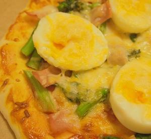ホームベーカリーで作った初めてのピザは、シンプルでヘルシーだった。