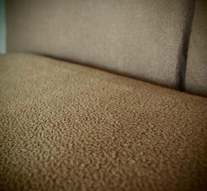 いらなくなった敷布団カバーを、ソファのクッションカバーにリメイクして使い切る。