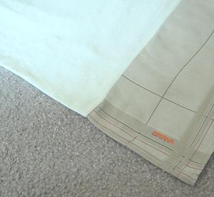 洗って縮んで短くなった、枕カバー。長さを出すために、古いハンカチをぬいつけた。
