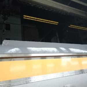 電車の屋根にうっすらと雪が