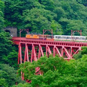 新山彦橋をゆく黒部峡谷鉄道トロッコ電車