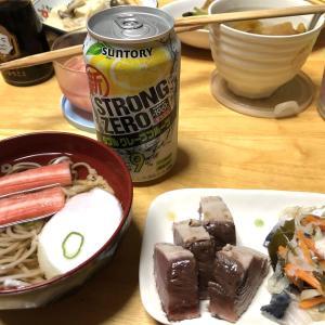 カツオのたたき、しめ鯖、厚揚げと小松菜の煮浸し、高野豆腐とキノコの煮物