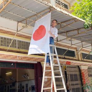 店の看板の日章旗を新しいのと交換しました。