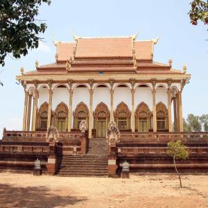 Preah Tis Bridge のすぐ近くのお寺さん。