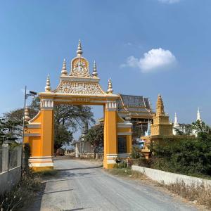 Wat Kouk Ampil フンセン道路イオン3建築予定地南方のお寺さん。