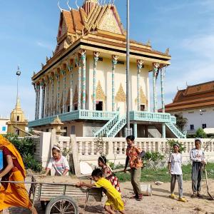コンポントムに行く途中の Por Pech Pagoda にての勤労奉仕。